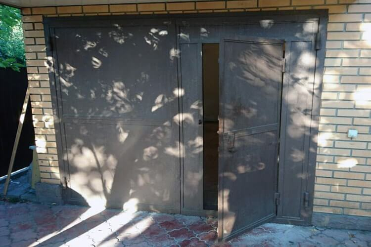 Распашные гаражные ворота. Вид гаражных ворот.
