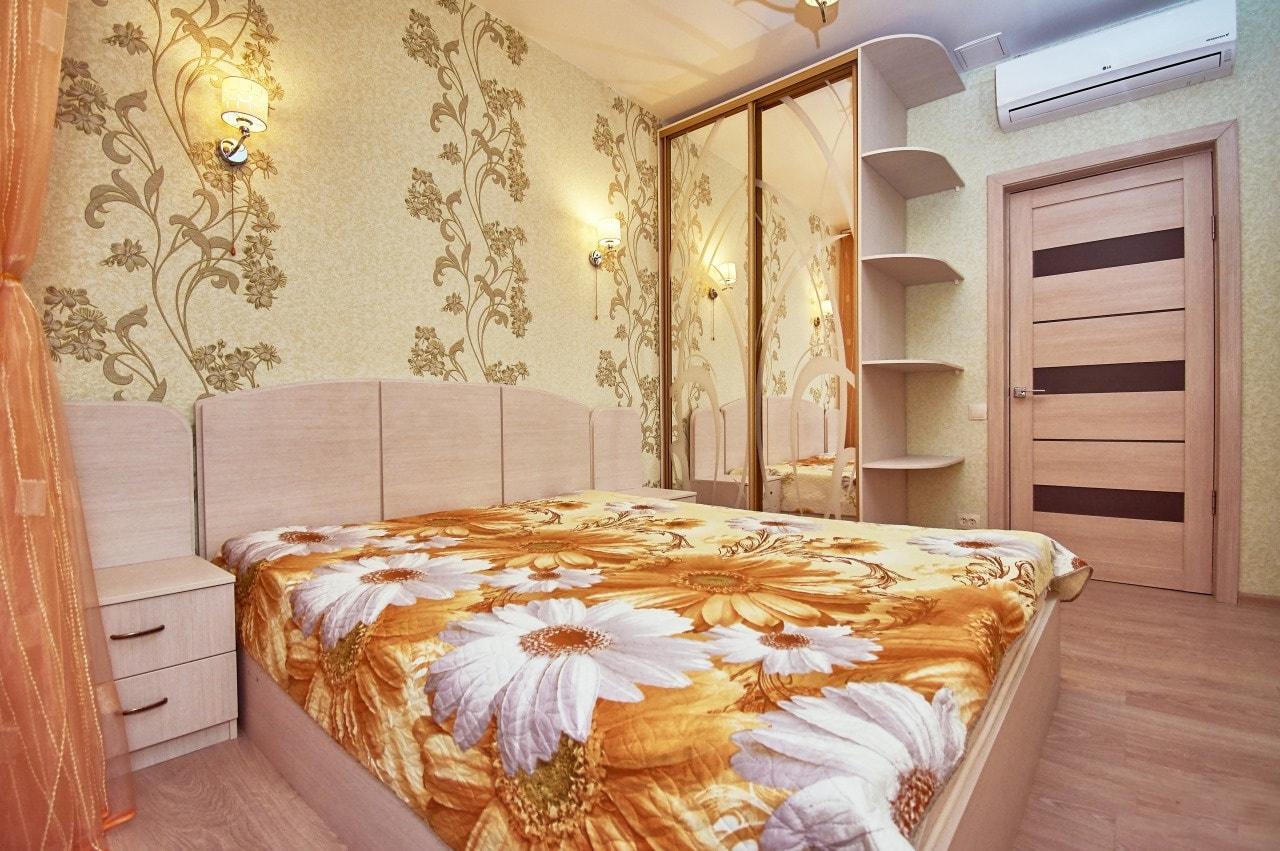 Отделка стен спальни обоями