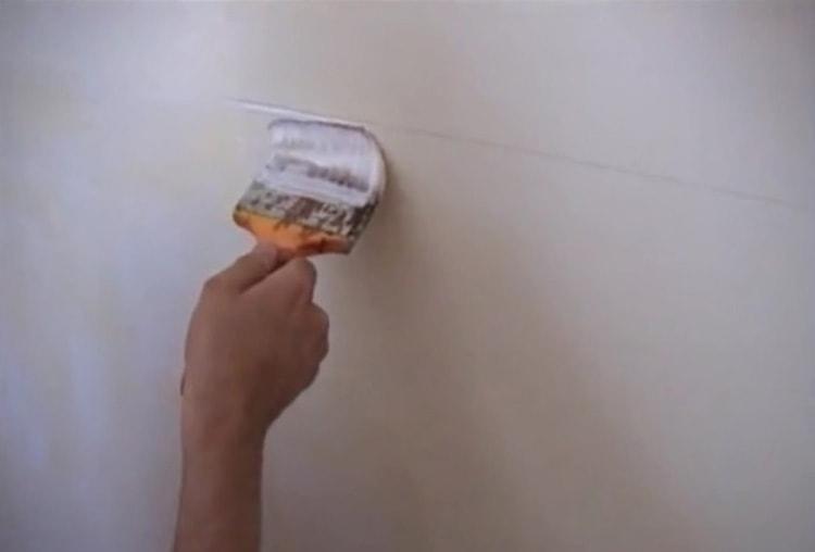 Клей ровным слоем наносится на стены