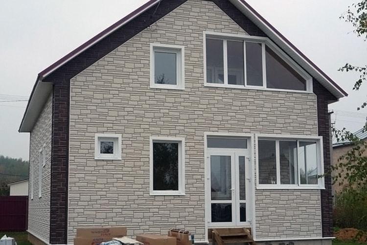 Обшивка фасада дома цокольным сайдингом - фото частного дома