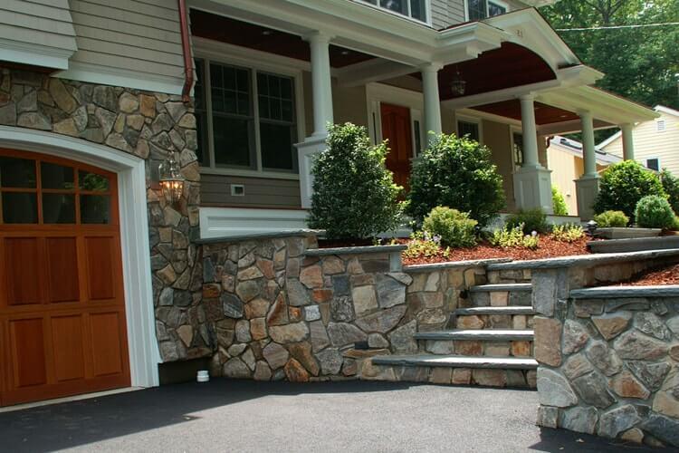 Обшивка фасада дома натуральным камнем