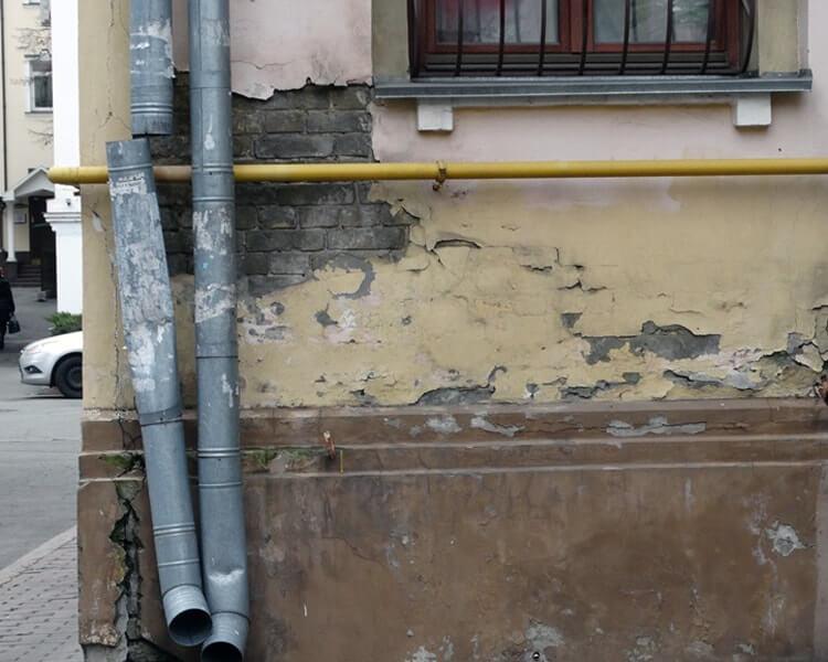 Разрушение стен без водостока