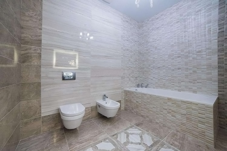 Отделка стен в ванной кафелем