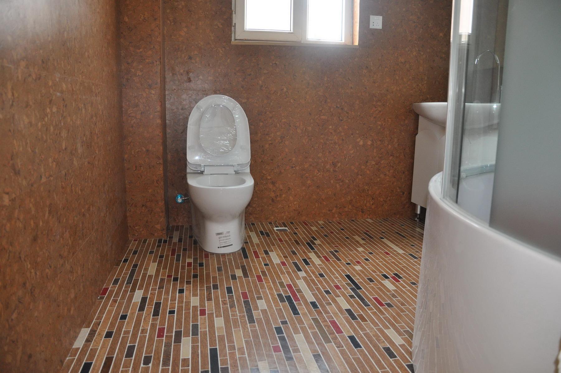 Пробка на стенах в ванной