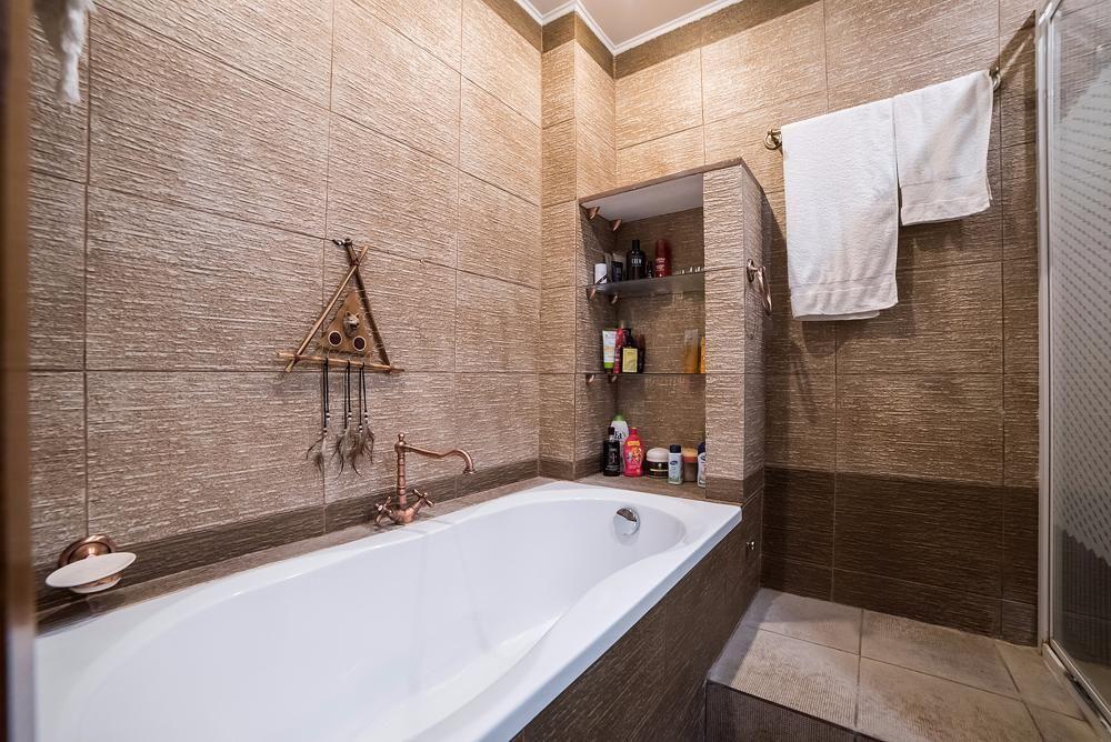 Стены в ванной отделаны плиткой