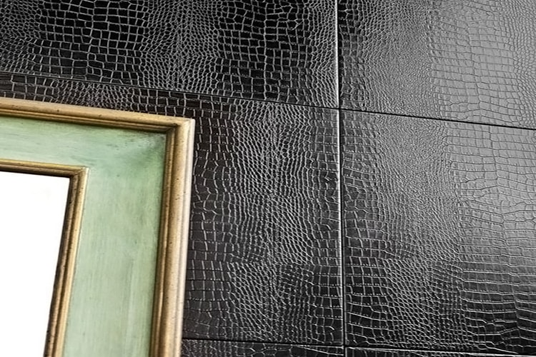 Отделка стен в гостиной кожей