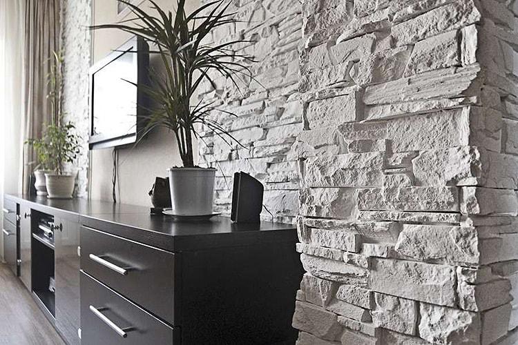 Отделка стен в гостиной декоративным камнем