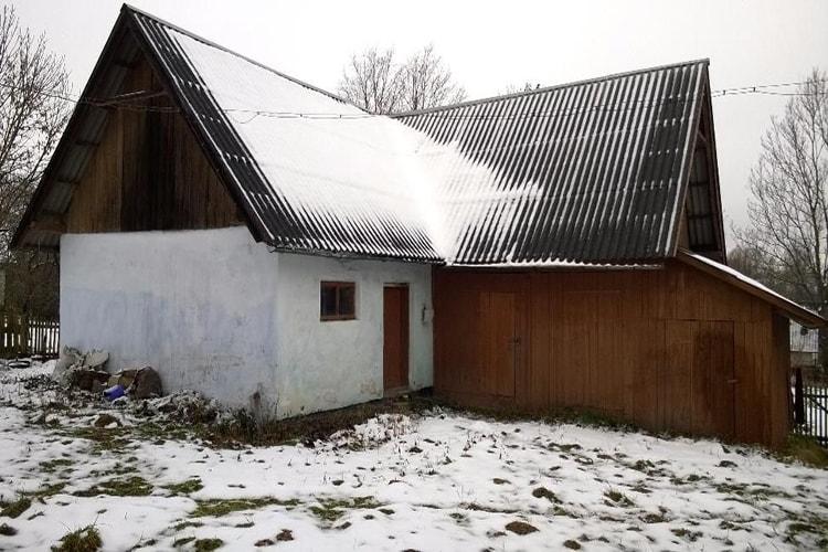 Крыша сарая отделана шифером