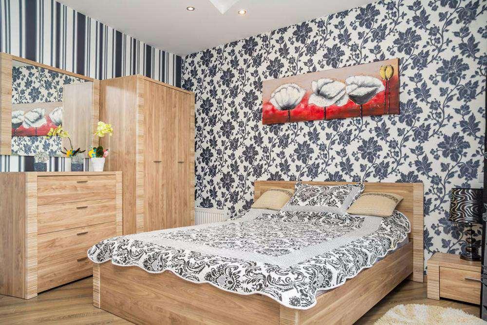 Вертикальные полосы на стенах спальни