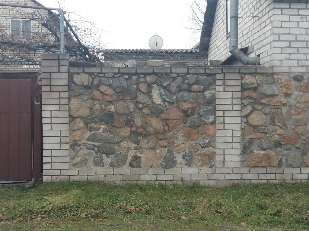 Забор из кирпича и натурального камня