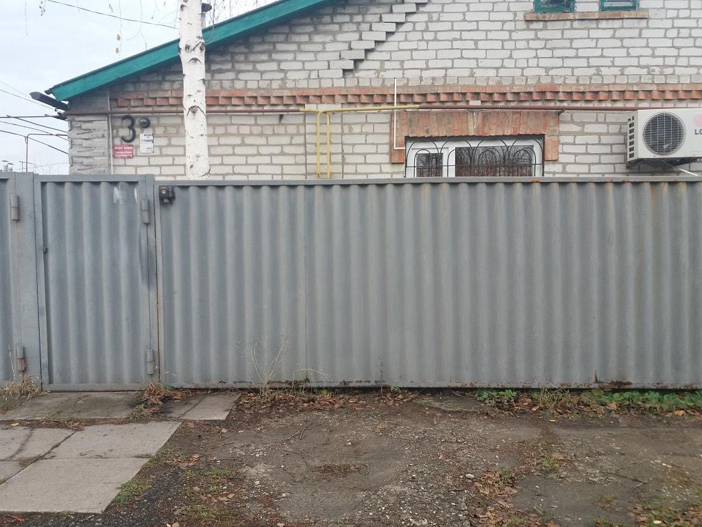 Крашенный забор из шифера