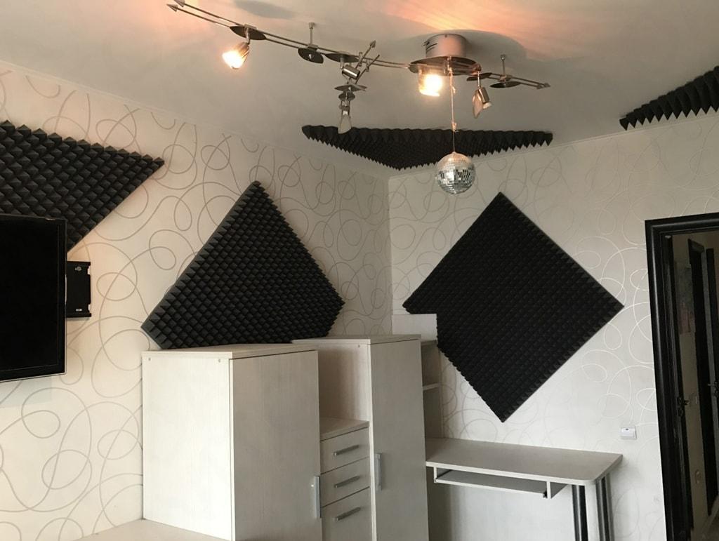 Акустический поролон на стенах комнаты