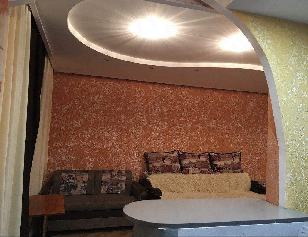 Декоративная штукатурка короед в гостиной