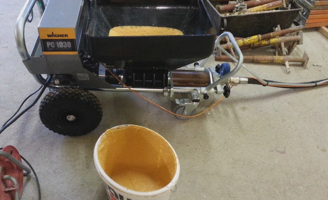 Нанесение силикатной штукатурки машинным способом