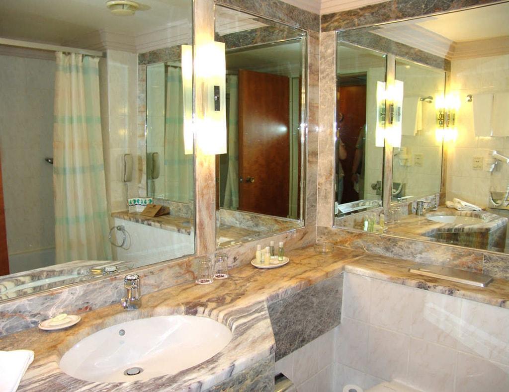 Несколько зеркал в ванной комнате