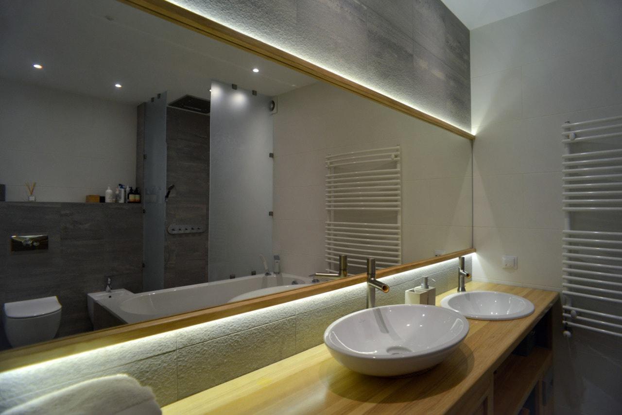 Широкое зеркало в ванную