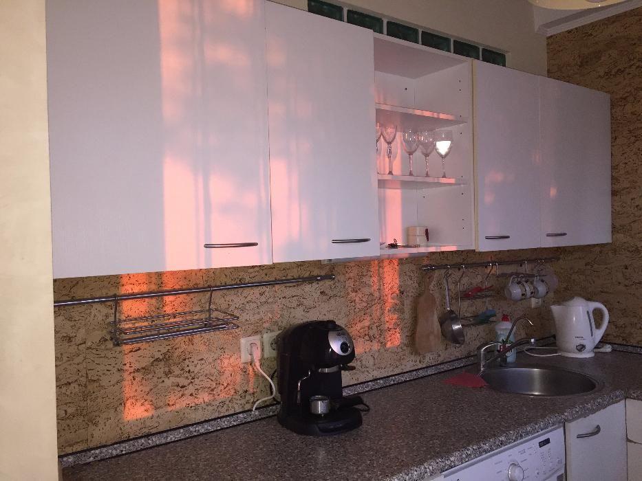 Отделка стен пробкой на кухне