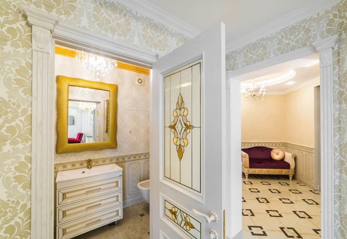 Зеркало в ванную с красивой рамкой