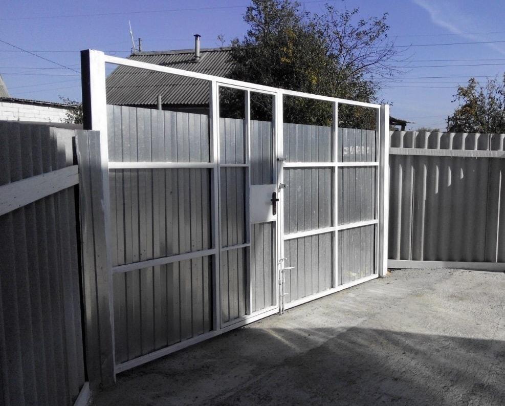 Распашные ворота с односторонней обшивкой