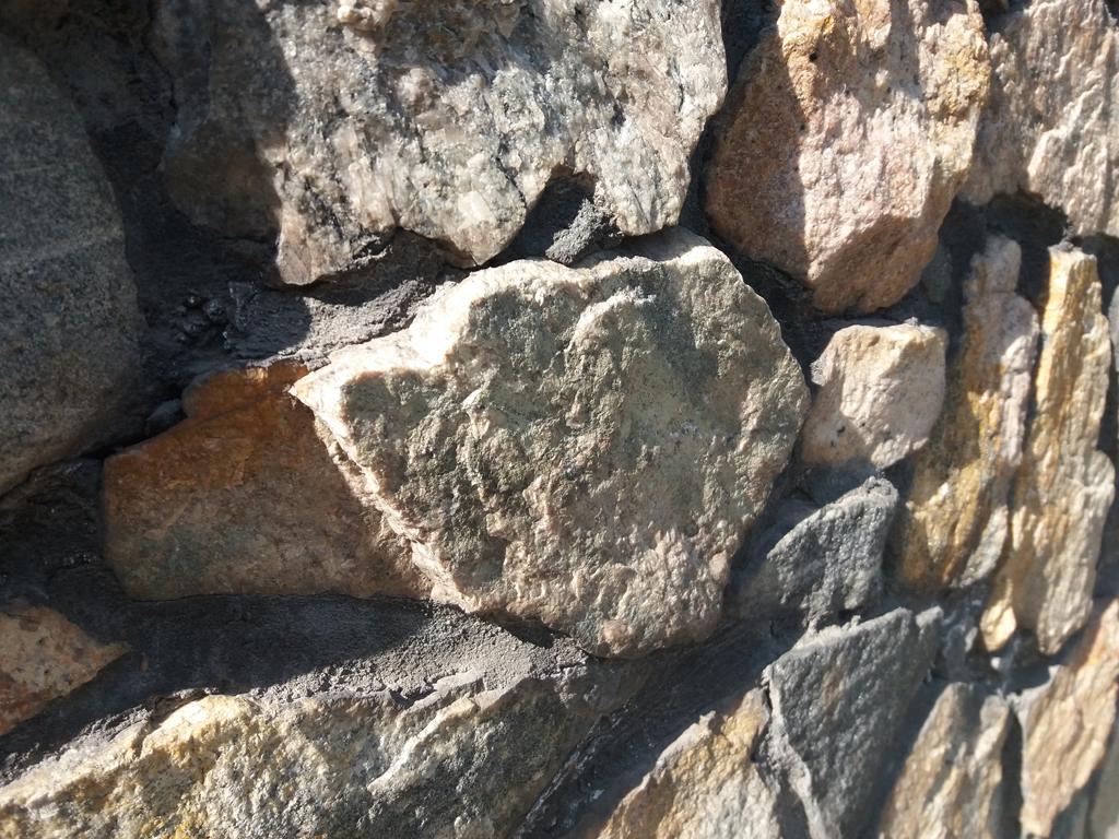 Грубый камень для забора