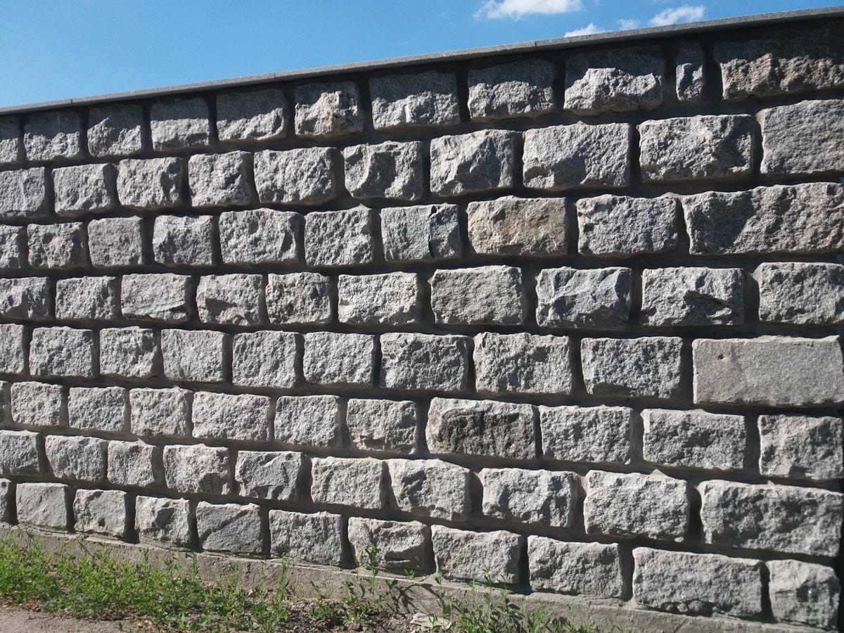 Забор из каменных блоков