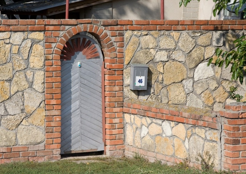 забор из камня с элементами кирпича