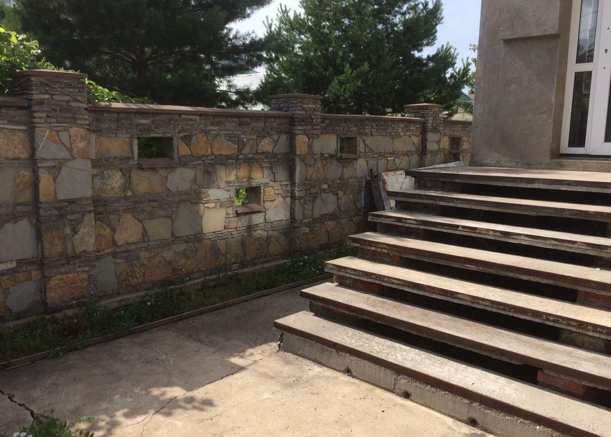 Забор из камня с просветами