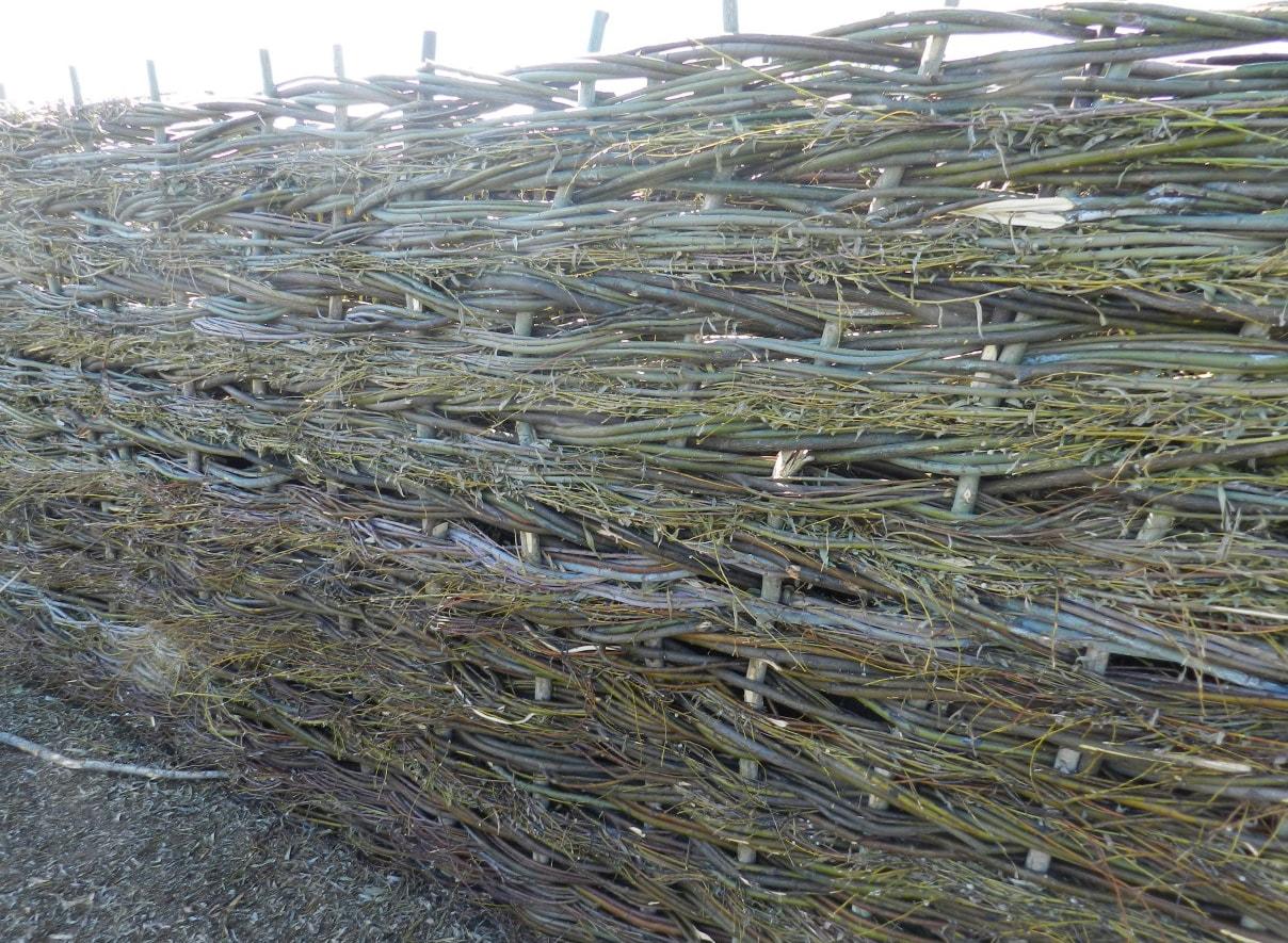 Плетеный забор для дачи