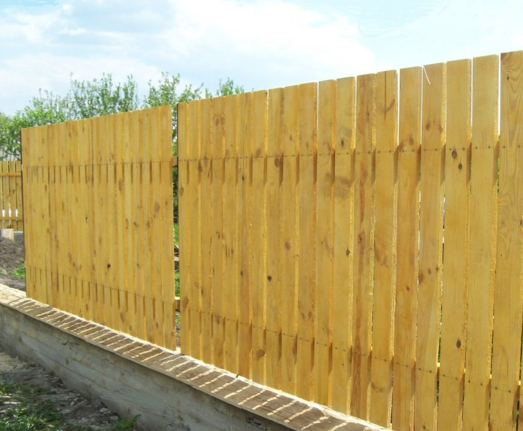 Забор для дачи из деревянного штакетника