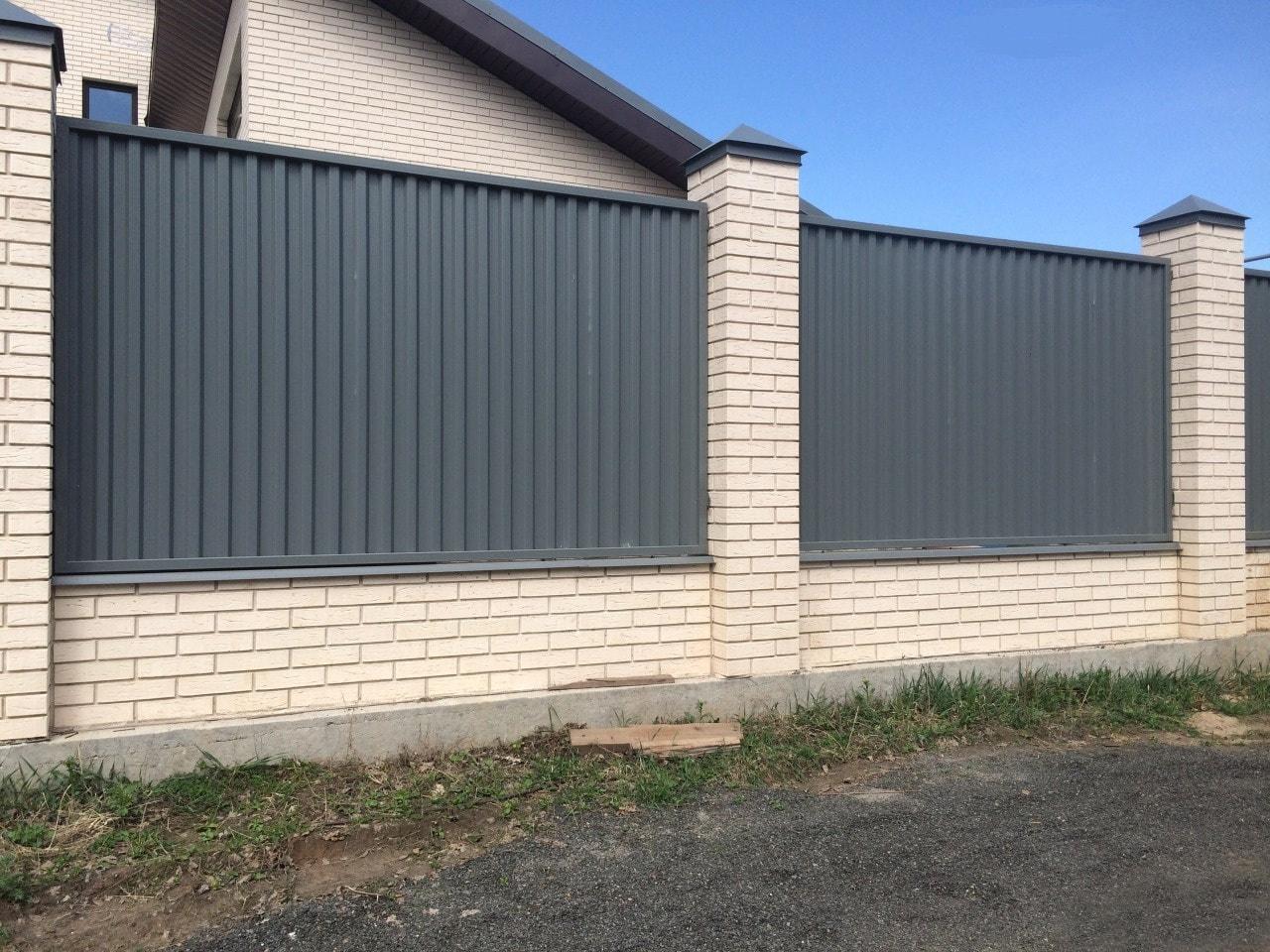 Забор для дачи из кирпича и профнастила