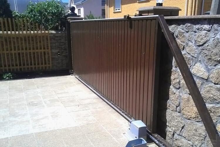 Откатные автоматические ворота. Один из видов гаражных ворот.