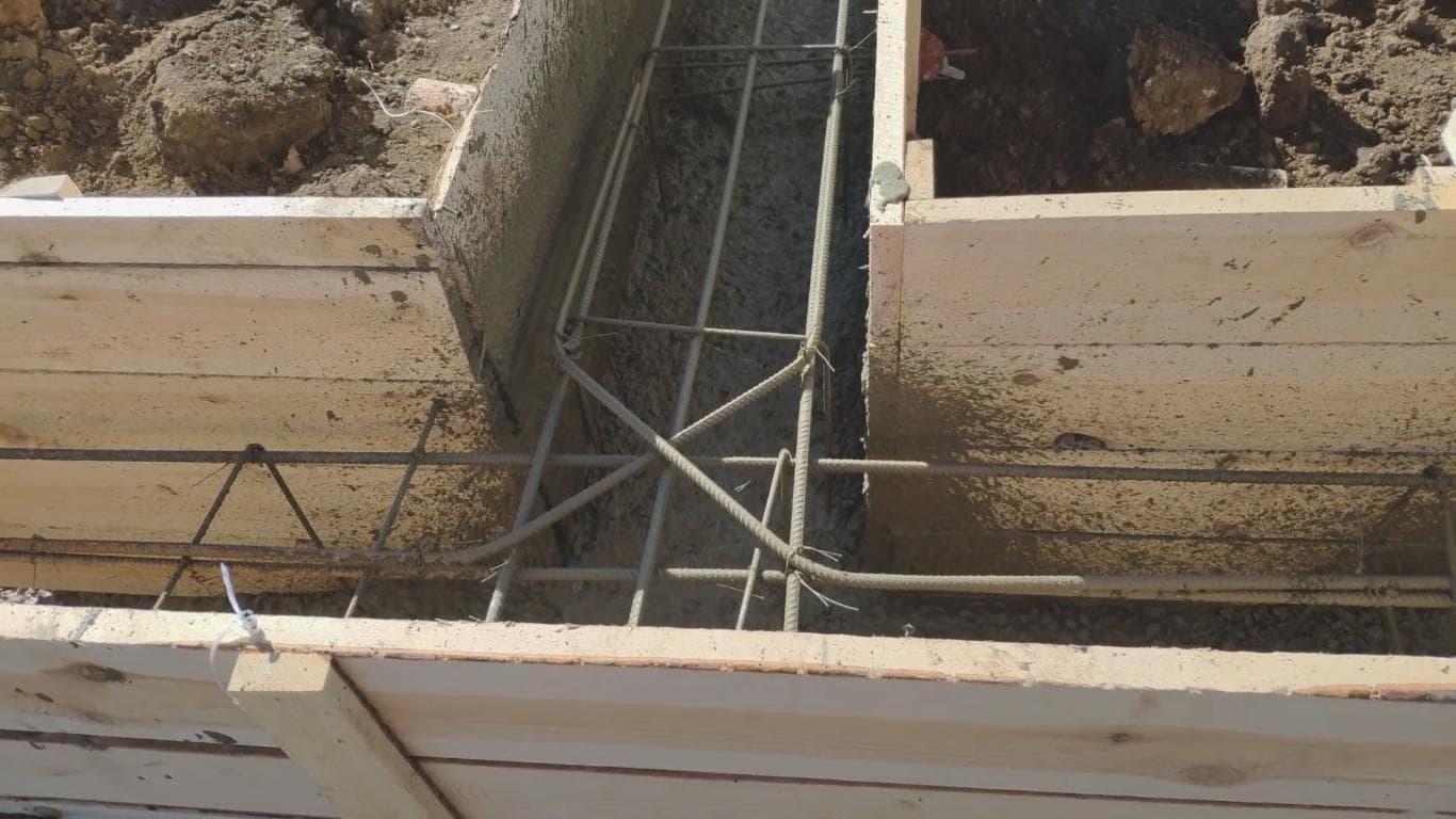 Заливка бетонной смеси при строительстве ленточного фундамента
