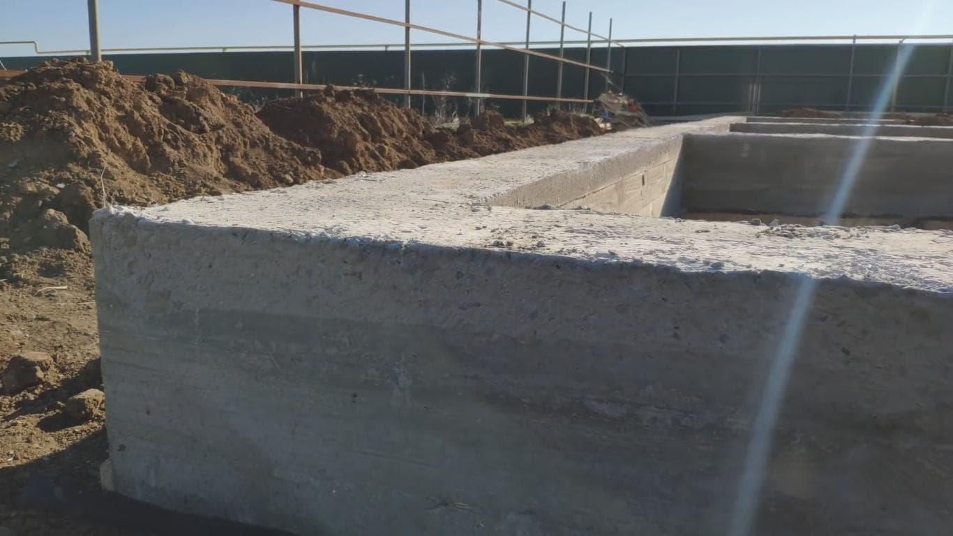 Прочная бетонная конструкция ленточного фундамента