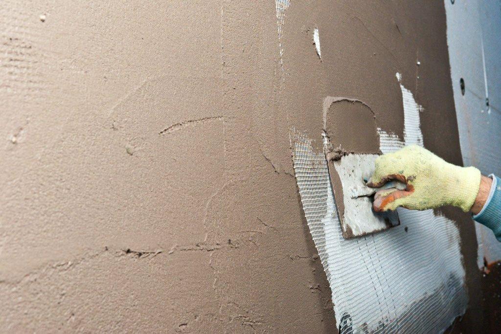 Использование армирующей сетки при нанесении стартовой цементной шпаклевки