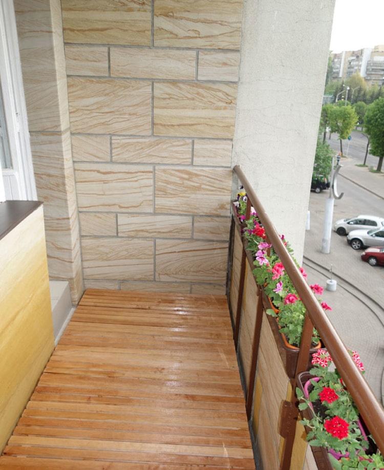 Отделка стен балкона гибким камнем