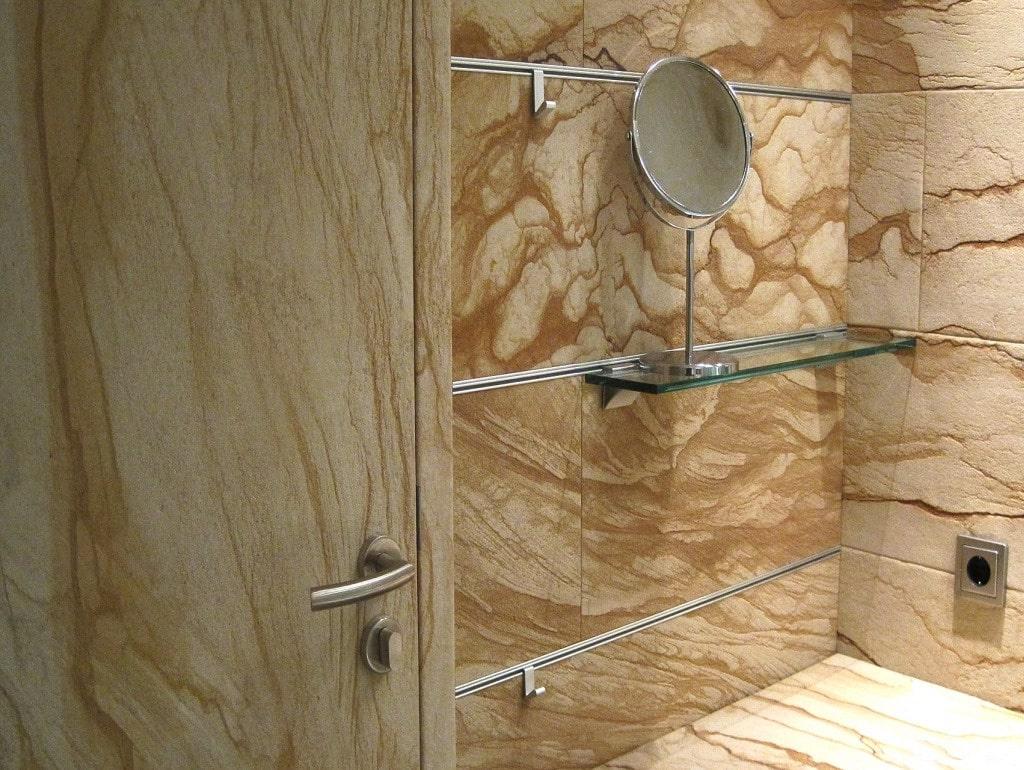 Гибкий камень в ванной комнате