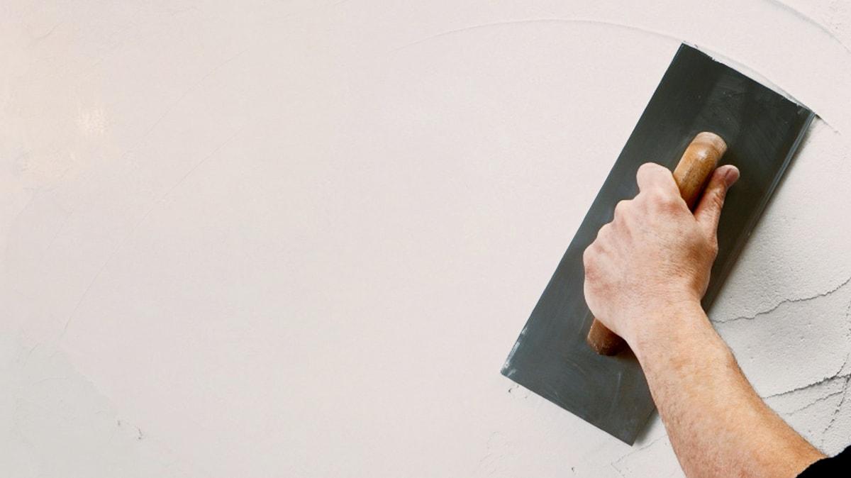 Нанесение финишной цементной шпаклевки