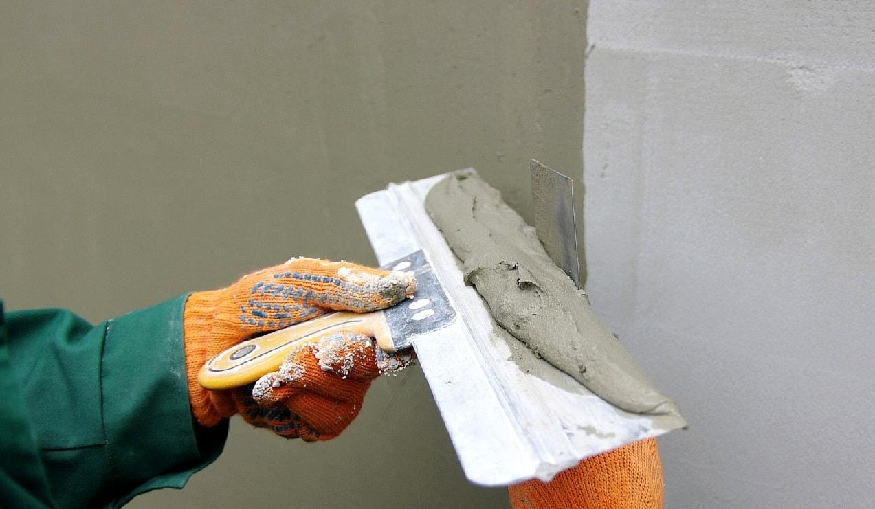 Нанесение стартовой цементной шпаклевки