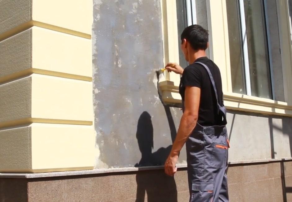 Нанесение грунтовки для поклейки гибкого камня