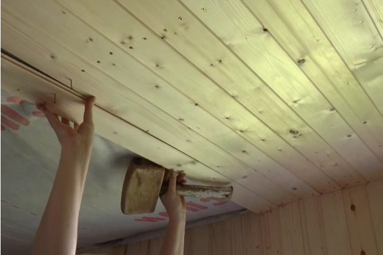 Потолок из досок