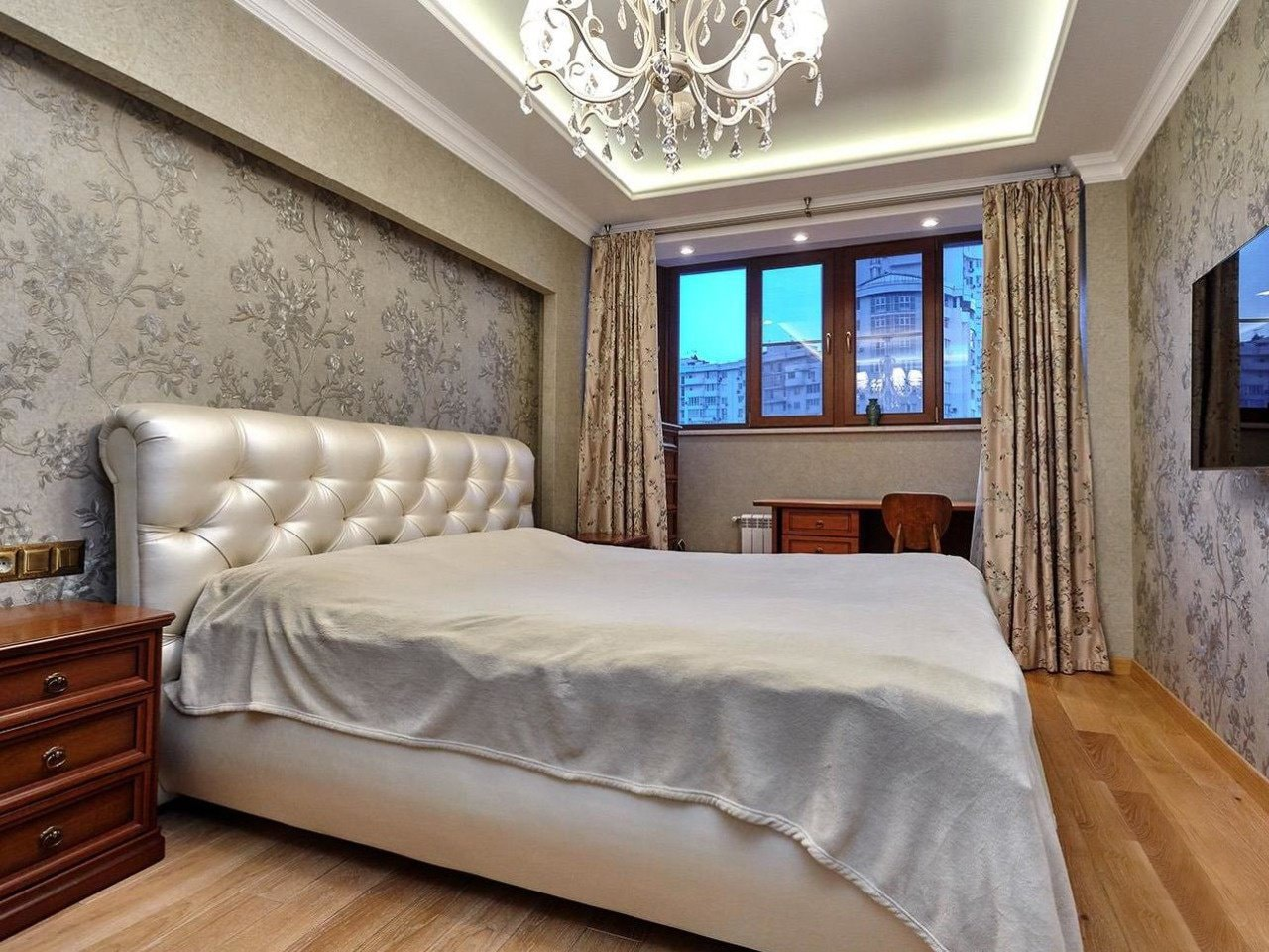 Отделка стен спальни флизелиновыми обоями