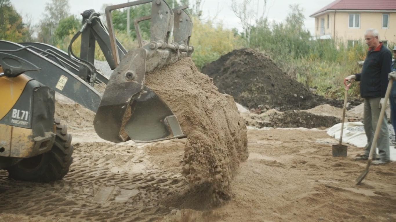 Укладка песка для монолитного фундамента