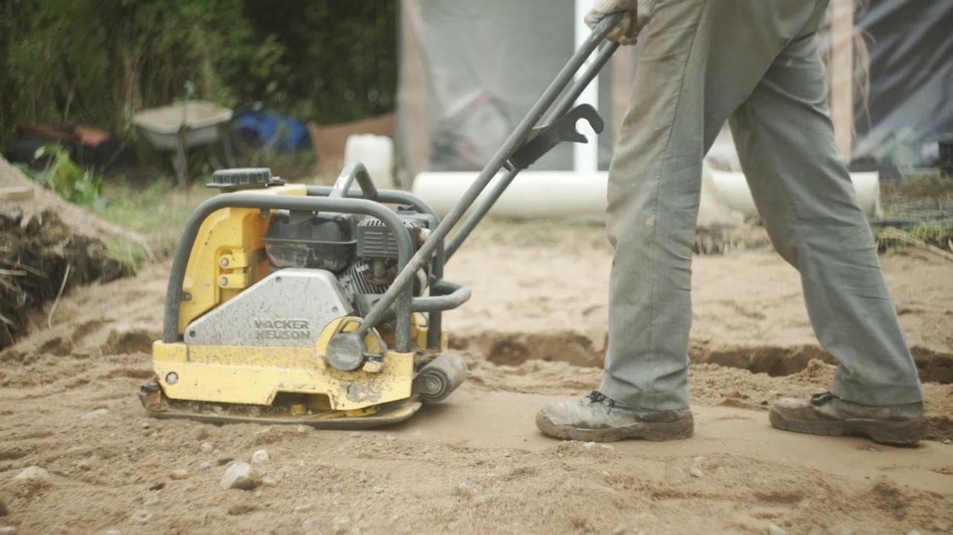 Утрамбовка песка для монолитного фундамента