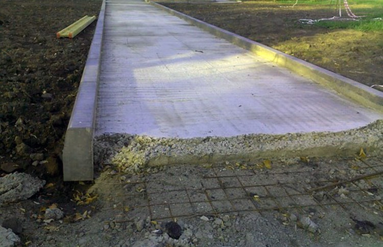 Дорожка из бетона в сад