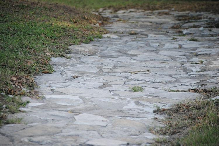 Природный камень на даче - дорожки