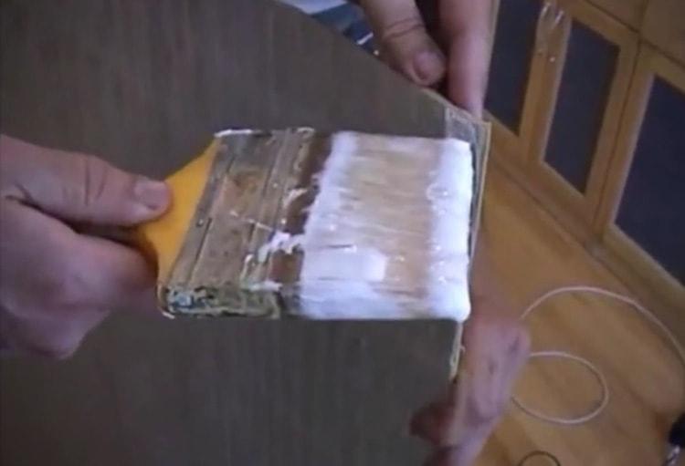 Клей ровным слоем наносится на бамбуковые обои