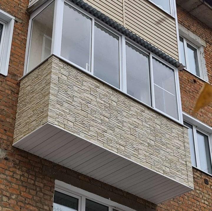 Отделка балкона декоративным камнем снаружи