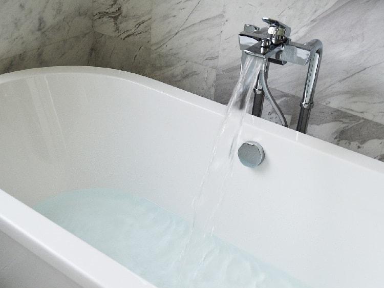 Борьба с жарой дома. Ванная с водой.