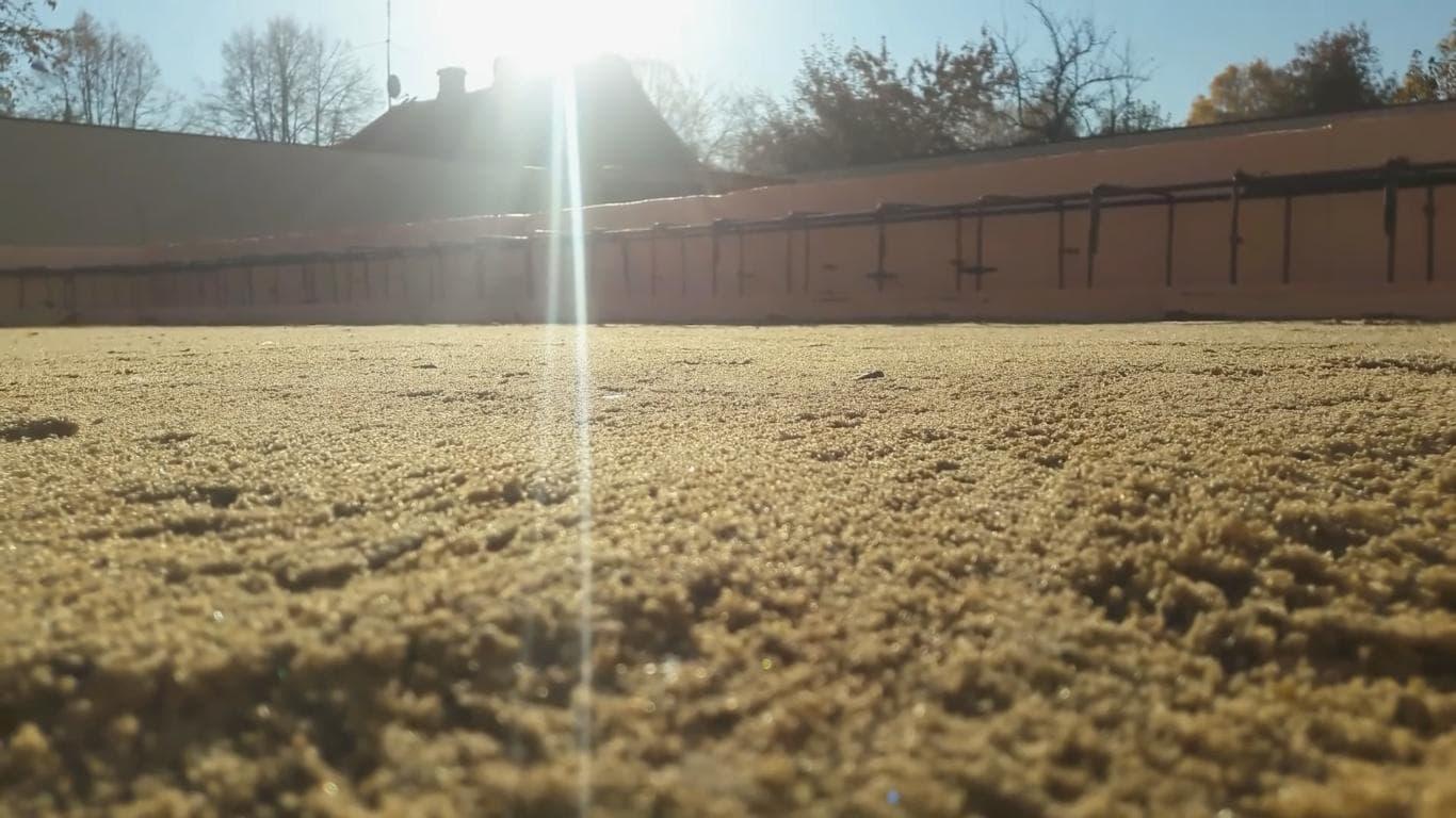 Ровная поверхность песка после утрамбовки