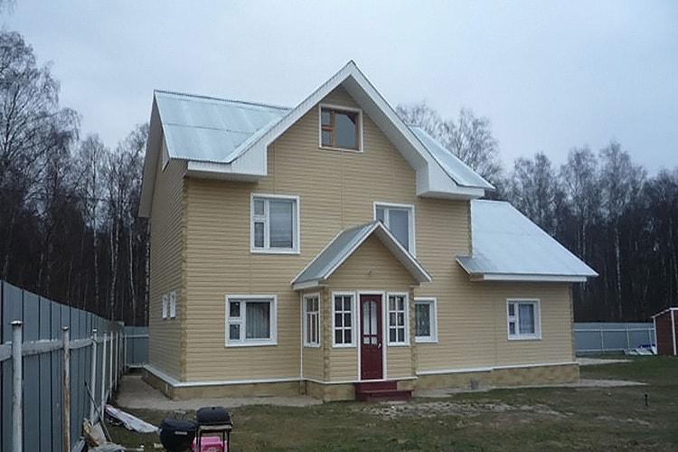 Обшивка фасада сайдингом - фото частного дома